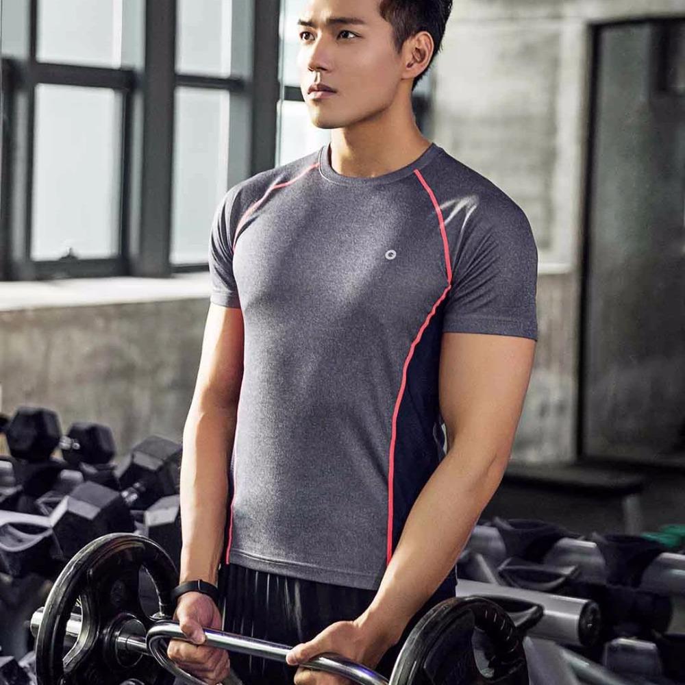 Ejercitándose con camiseta para deporte