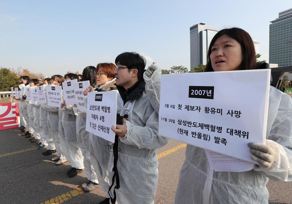 Manifestantes contra Samsung por el caso de Leucemia