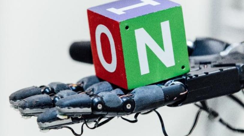 Mano robótica aprende movimientos del mundo real a través del entrenamiento virtual